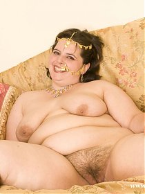 Fat kinky lady speading her hairy pussy